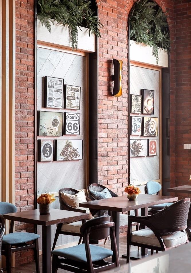 Mesas e cadeiras clássicas e paredes de tijolos decorativos