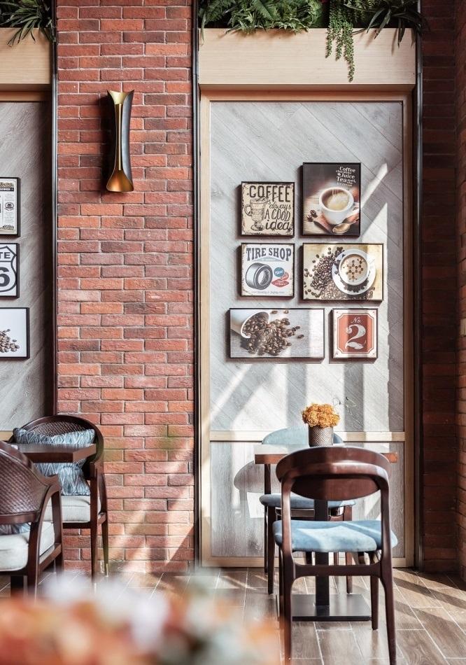 装饰艺术画在一个美丽的咖啡馆的墙上