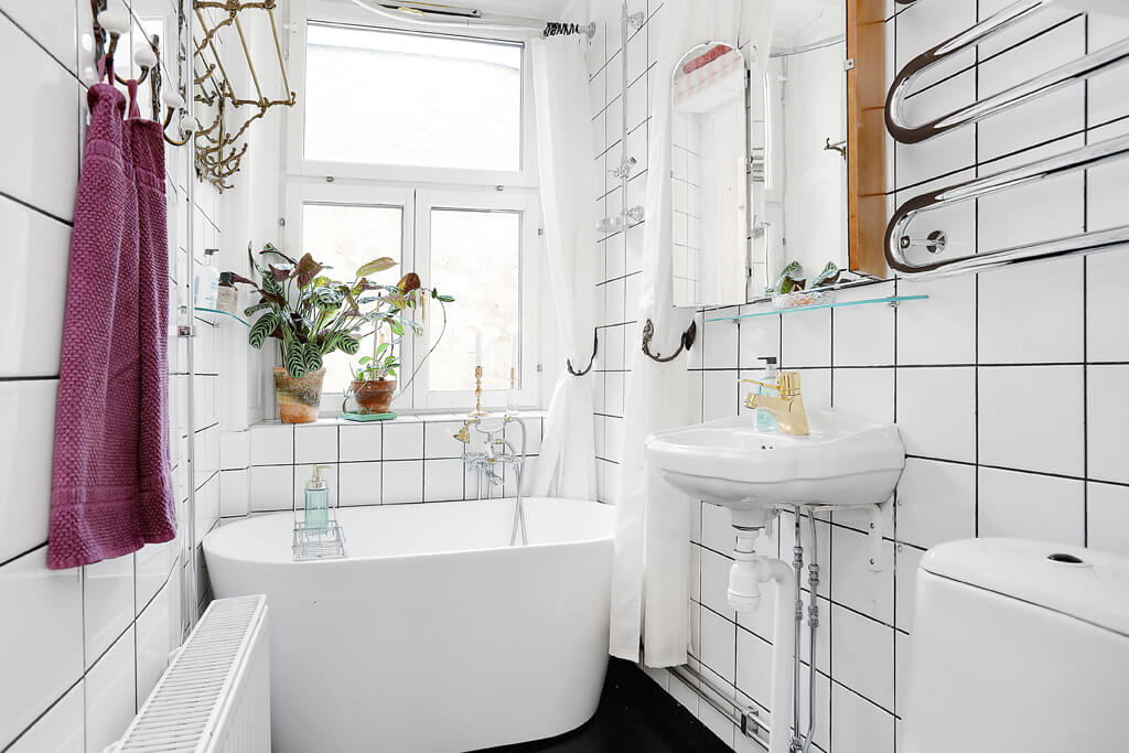 Toilets using white tones have nice bathtubs - small apartments