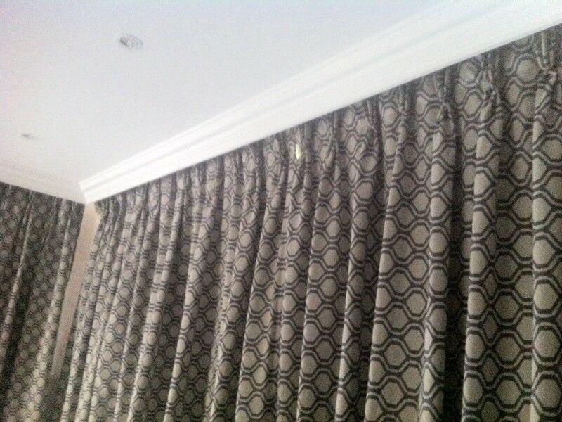 kéo rèm để giảm nhiệt vào nhà