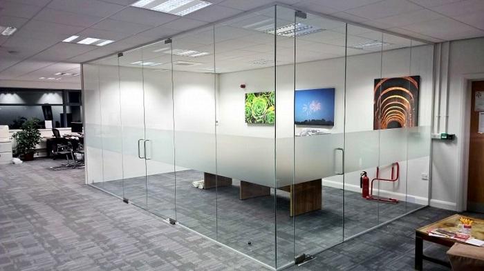 باب من الزجاج المقسى لغرفة الاجتماعات