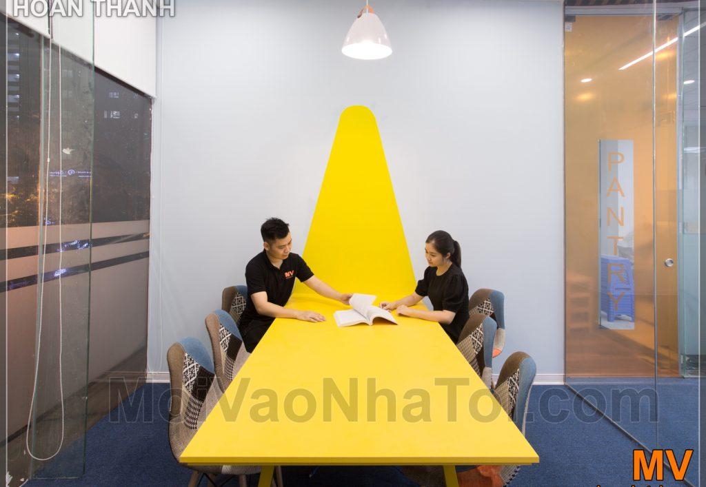 Progettazione e costruzione della sala riunioni gialla dell'ufficio aziendale