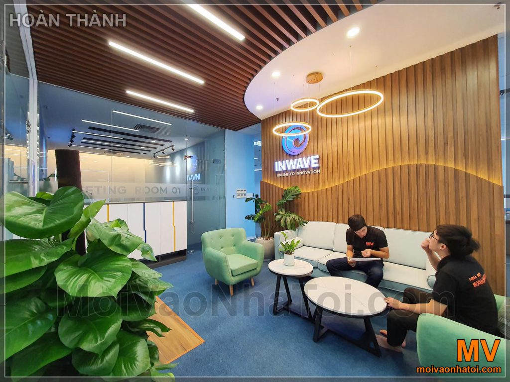 дизайн інтер'єру офісу з дерев'яною стелею