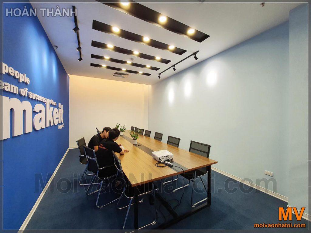 Завершено проектування та будівництво великої корпоративної кімнати для переговорів у синьому кольорі