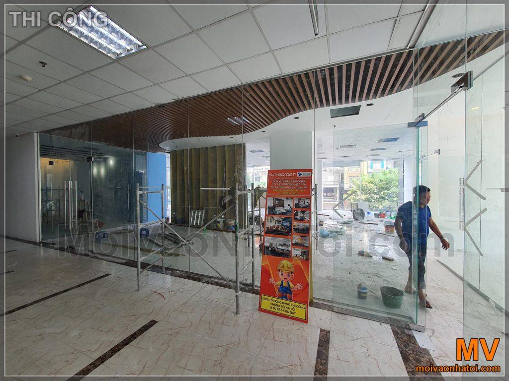 Дивлячись ззовні у вестибюль офісу під час будівництва