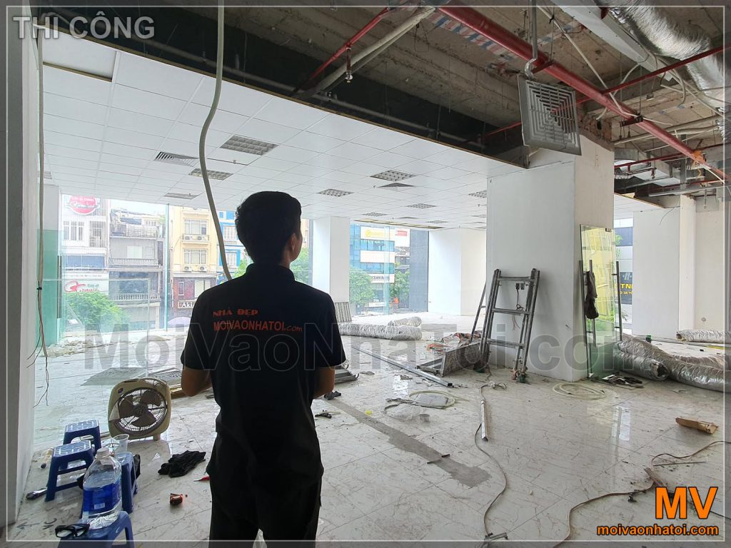 การก่อสร้างเพดานปูนพร้อมโครงกระดูกลอยน้ำสำหรับสำนักงาน