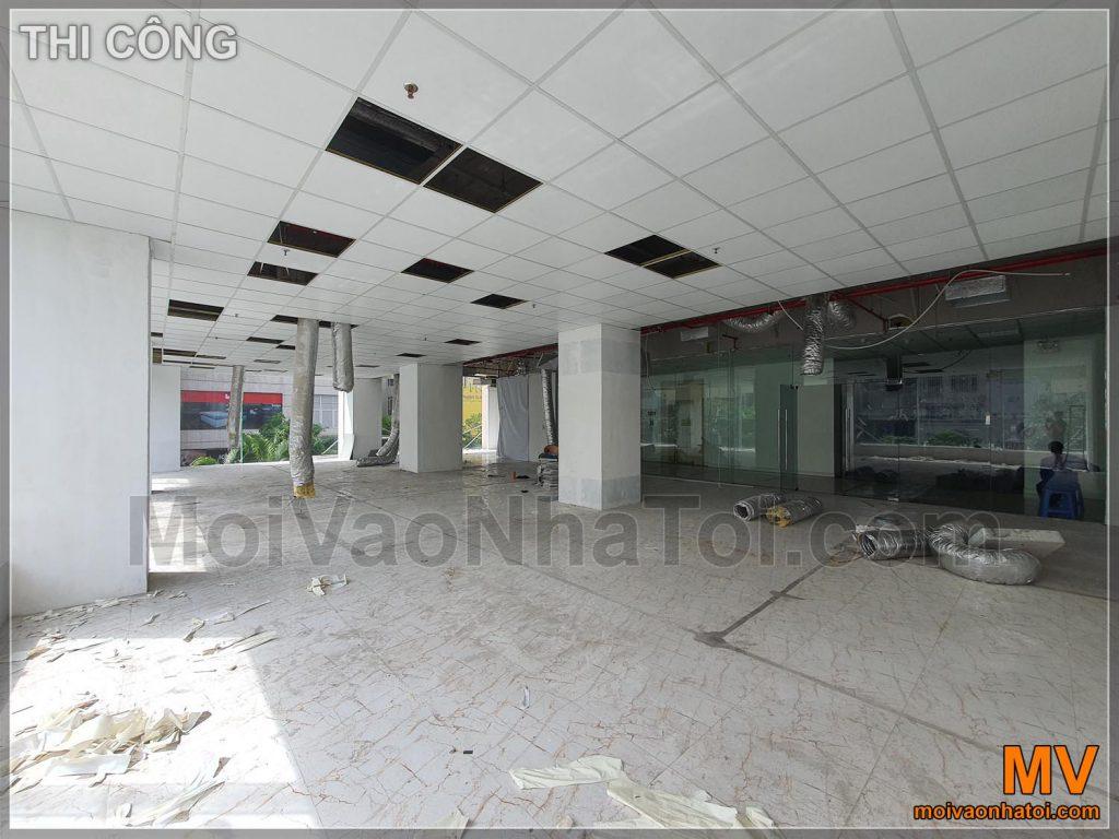 Il processo di costruzione del soffitto e caduta dello scheletro per l'ufficio