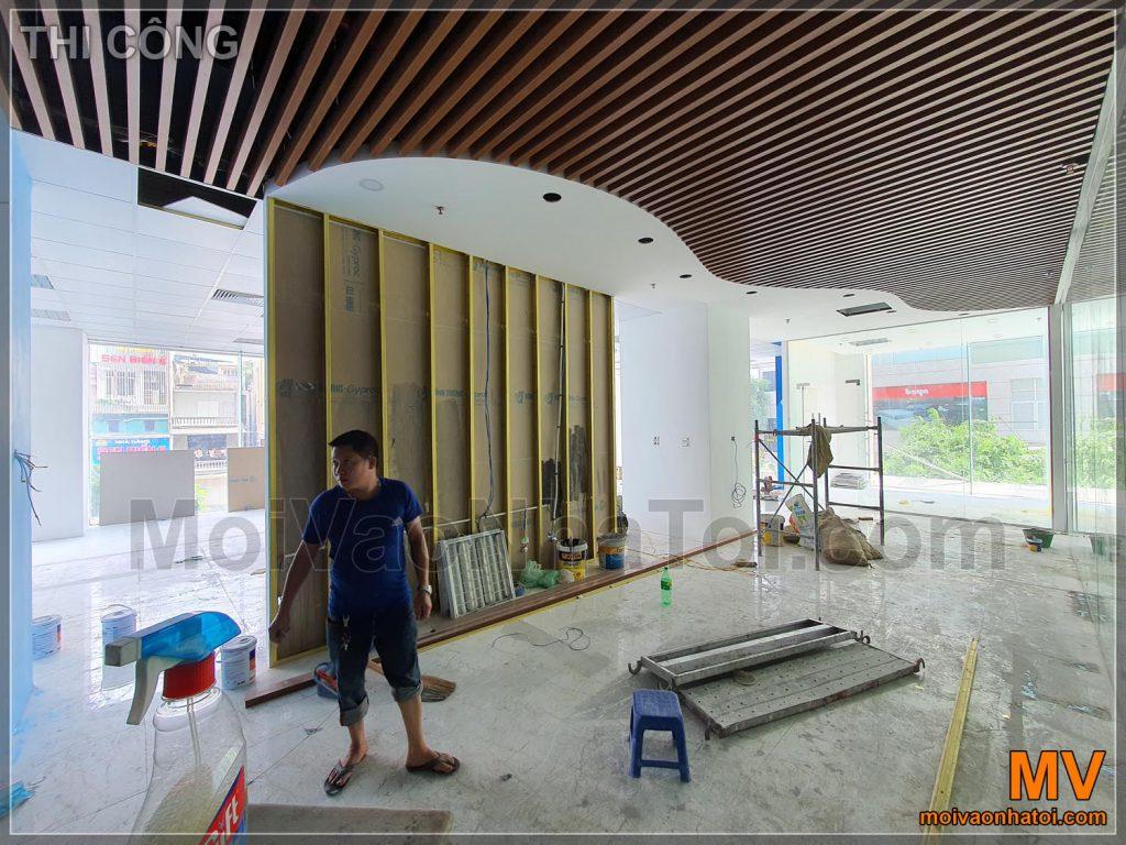 Imitazione plastica legno soffitto della società sala principale