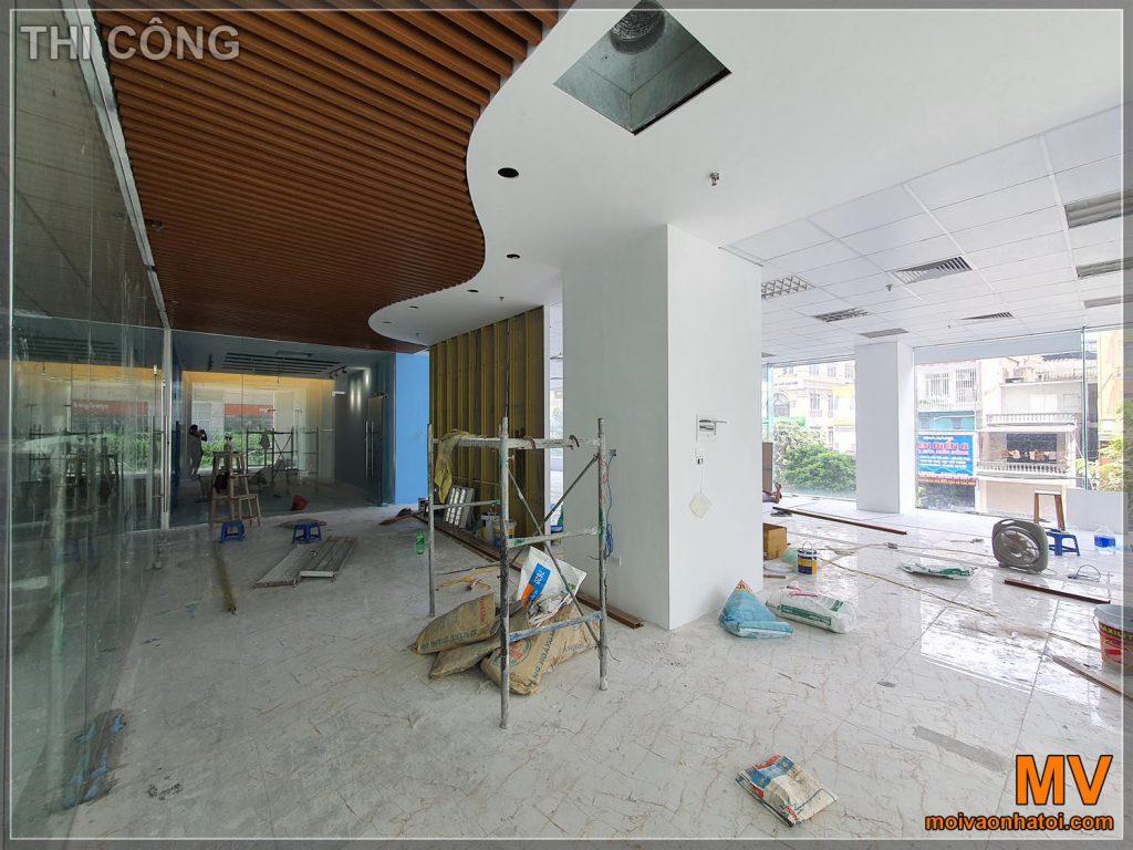 Processo di costruzione di uffici con soffitto in plastica a grana di legno