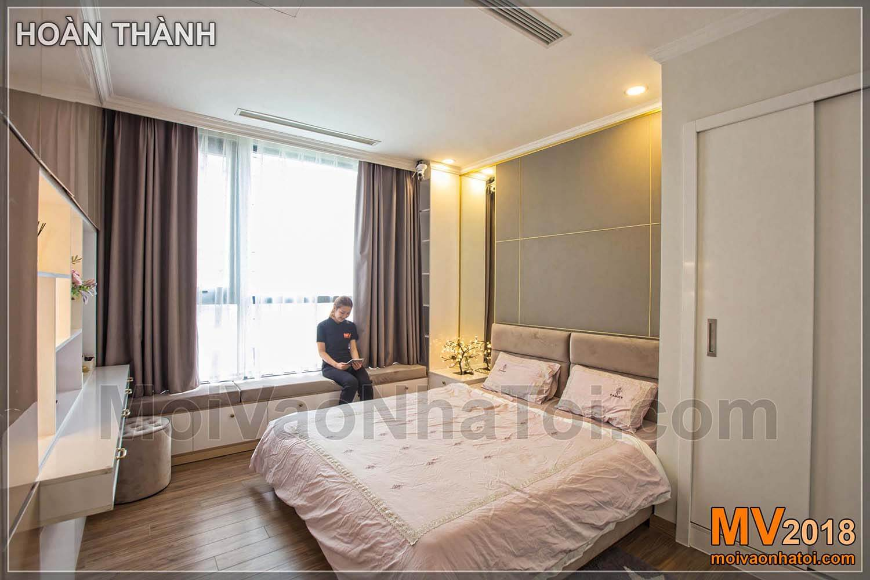 Times City Park Hill dairesinin geniş pencereli ana yatak odası
