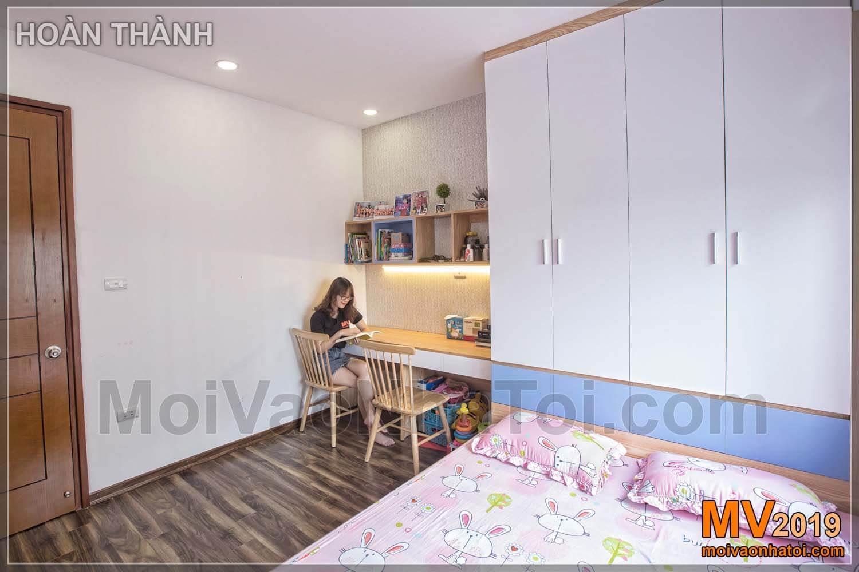 Guarda-roupa do quarto, mesa de estudo, Linh Dam Apartment, apartamento de 80m2 projetado