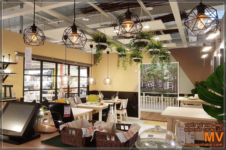 Không gian quán cafe trang trí cây xanh
