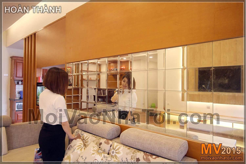 zrcadlové zrcadlo za bytovou pohovkou Nguyen Duc Canh