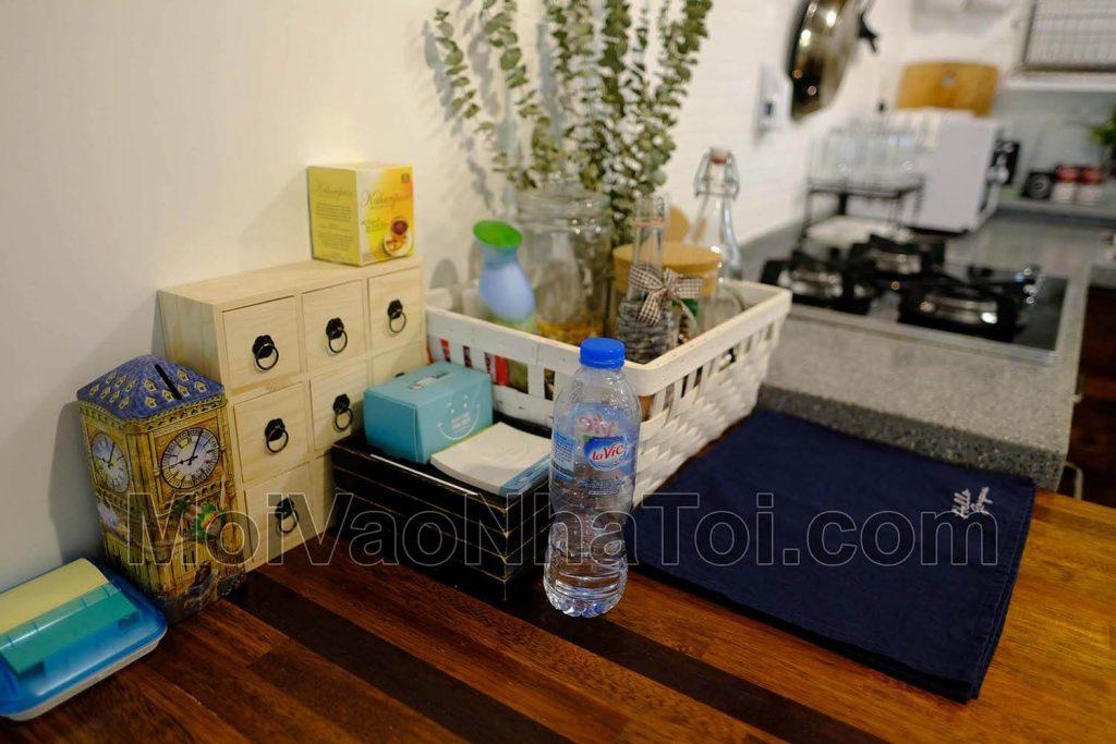 design de homestay de mesa de canto decorado