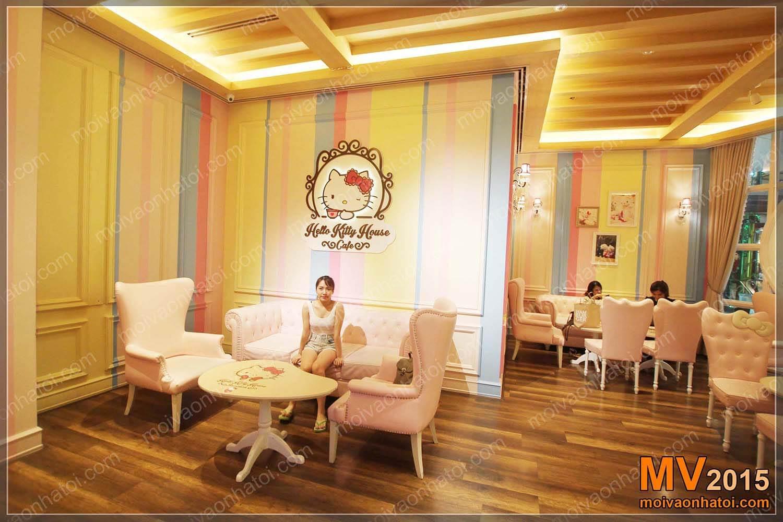 Bức tường của cửa hàng bánh ngọt Hello Kitty được sơn với 7 sắc màu