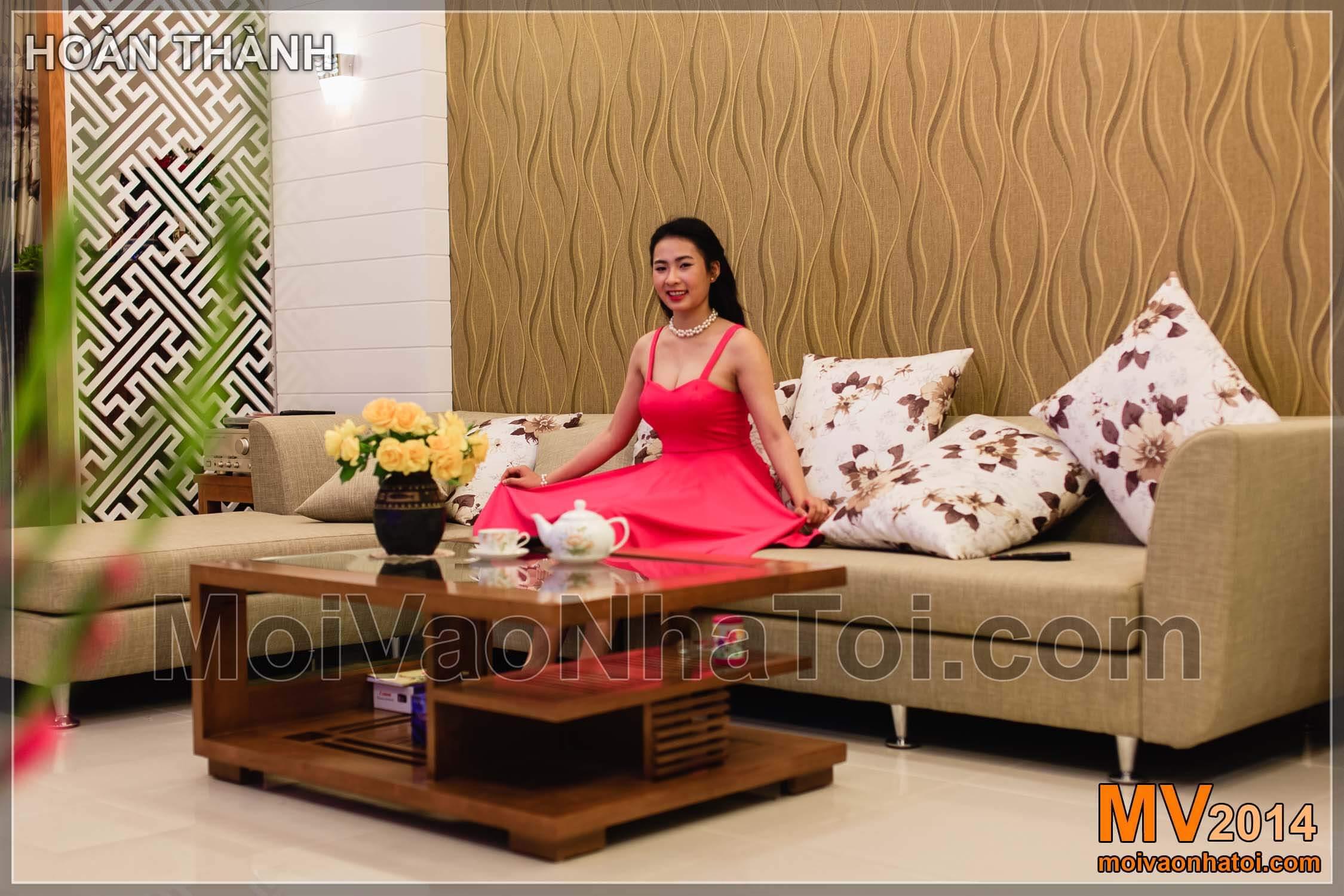 Sofa modern terletak di interior apartemen jalur mulberry
