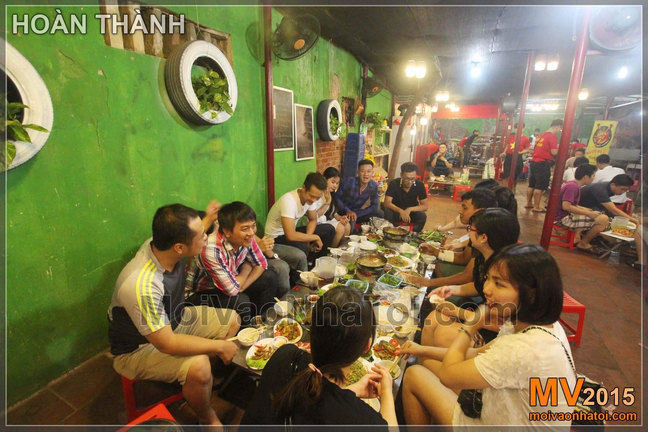 Quang cảnh khách ngồi ăn tại Phủi Quán