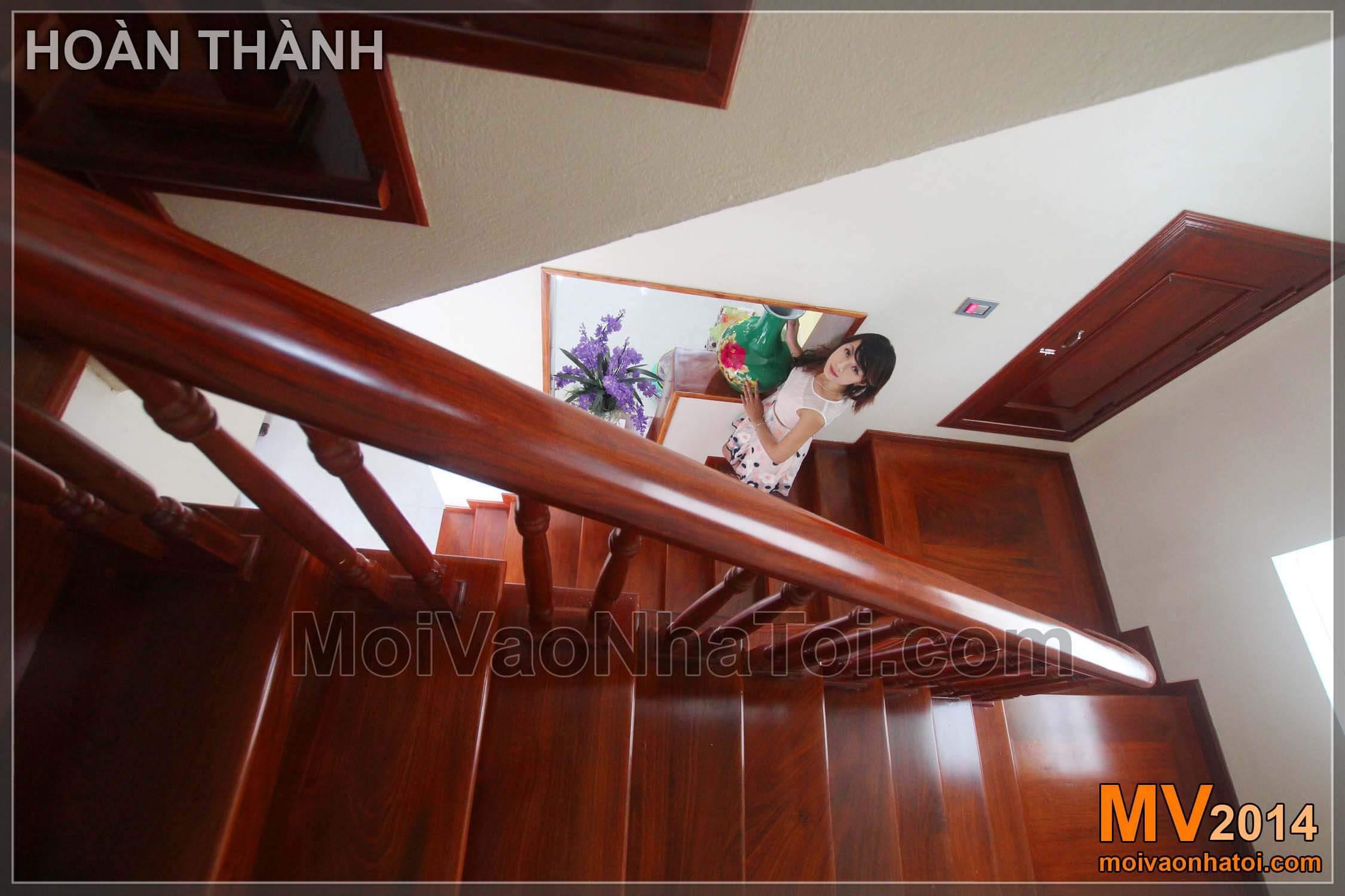 Bước lên cầu thang mặt gỗ tay vịn gỗ biệt thự Việt Hưng