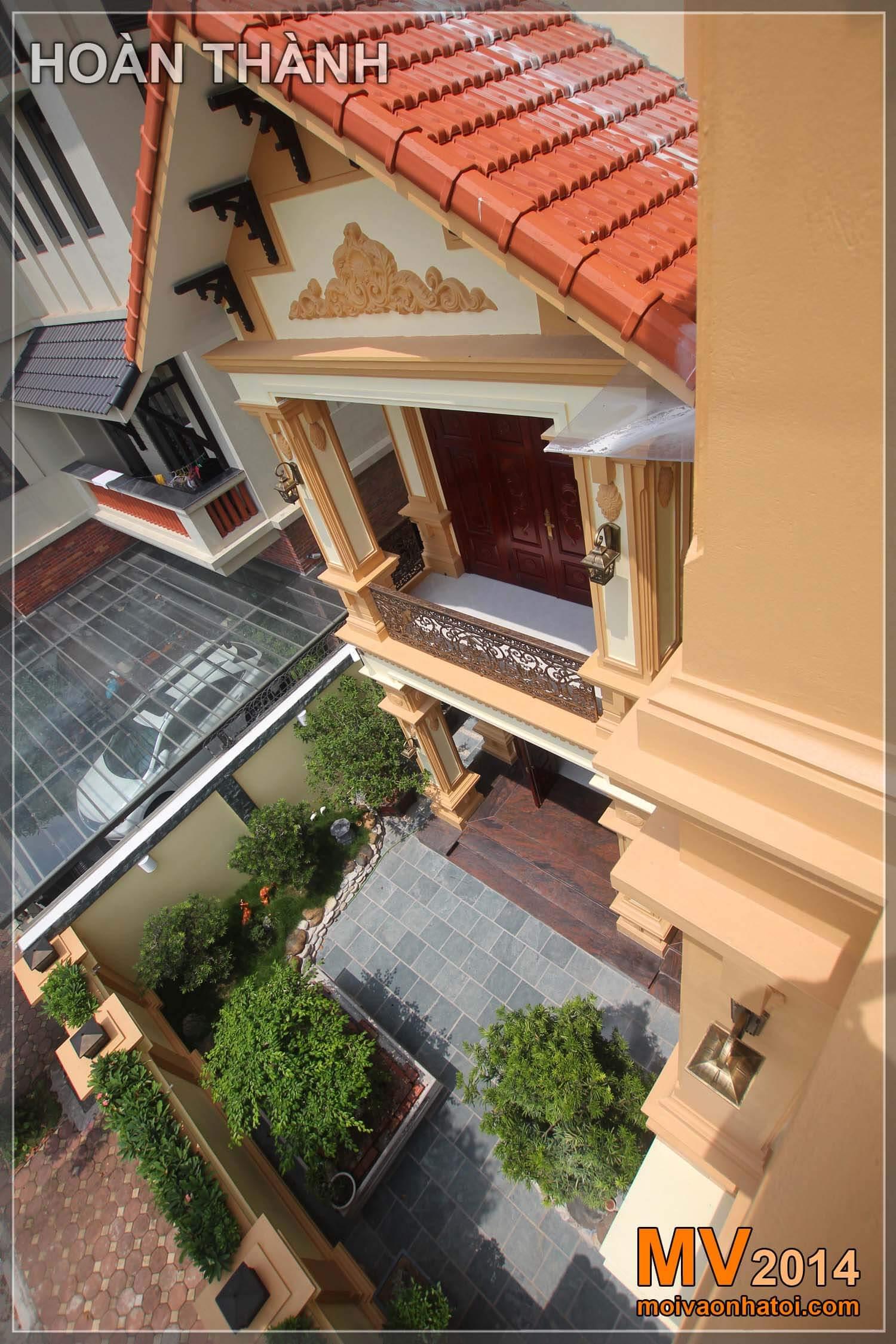 Mặt tiền biệt thự cổ điển Việt Hưng nhìn từ tầng 3