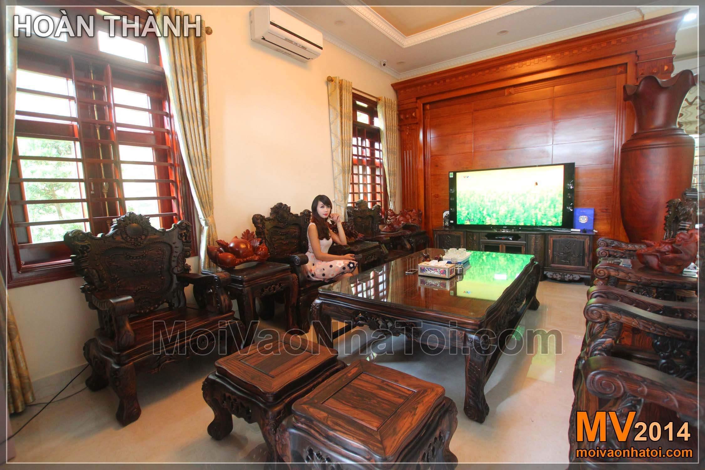 Phòng khách với nội thất gỗ tự nhiên