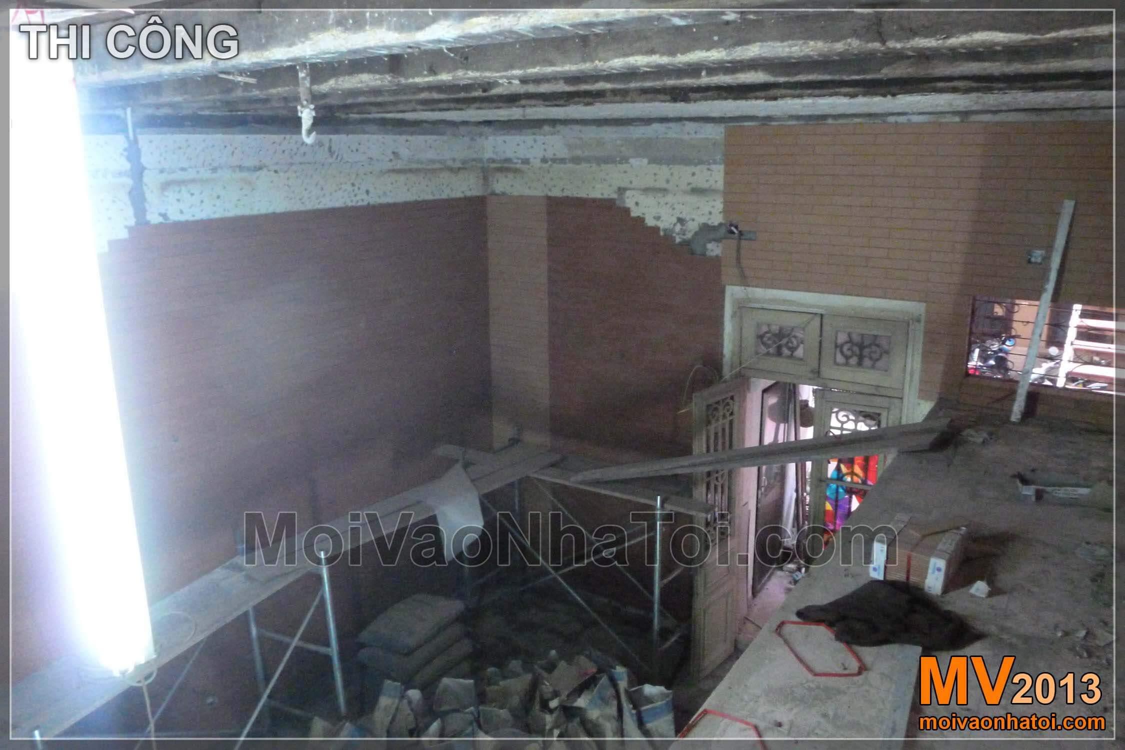 Khoảng thông tầng nhìn xuống phòng khách - trước và sau khi hoàn thành