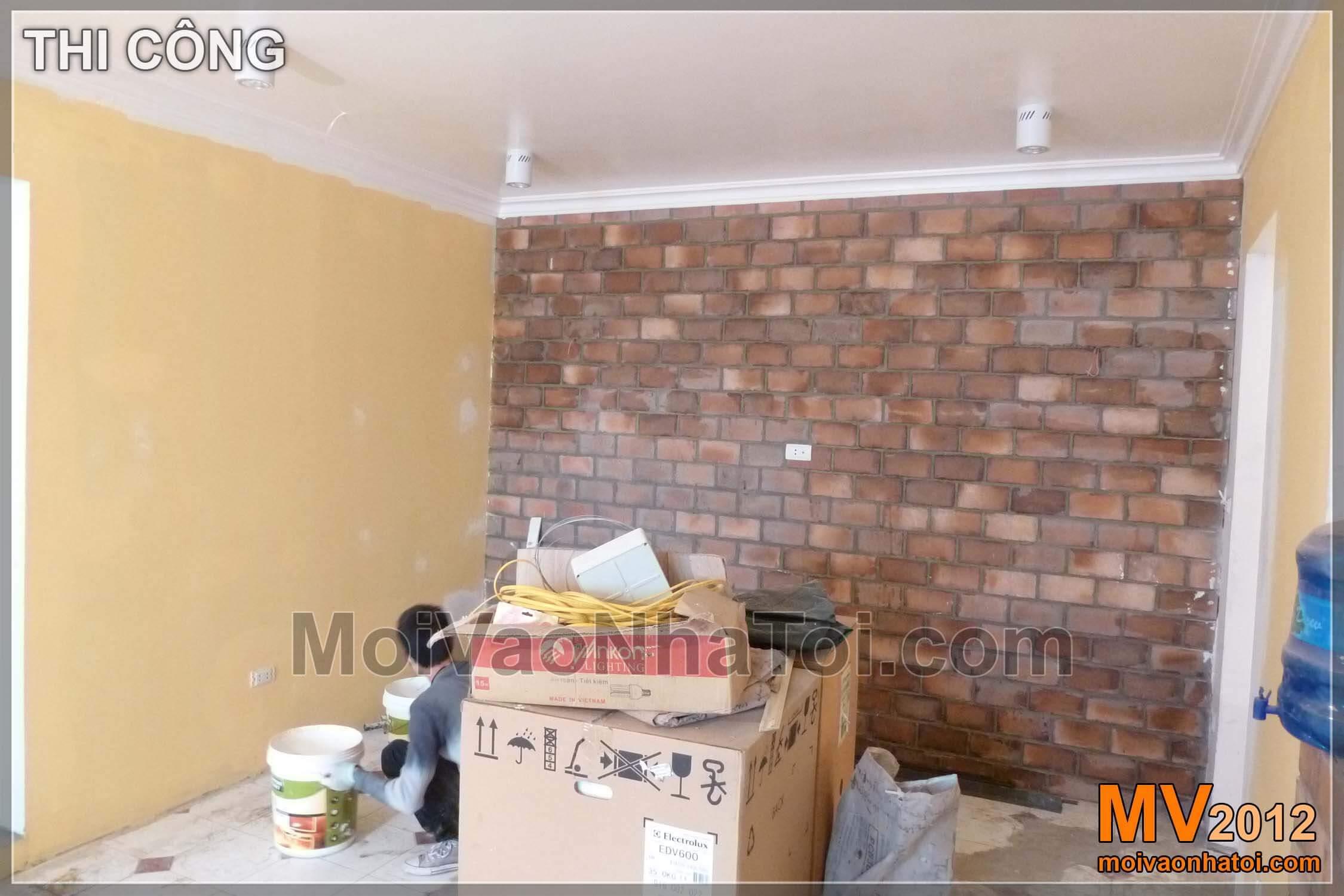 Mảng tường ốp đá treo TV là điểm nhấn trang trí phòng khách