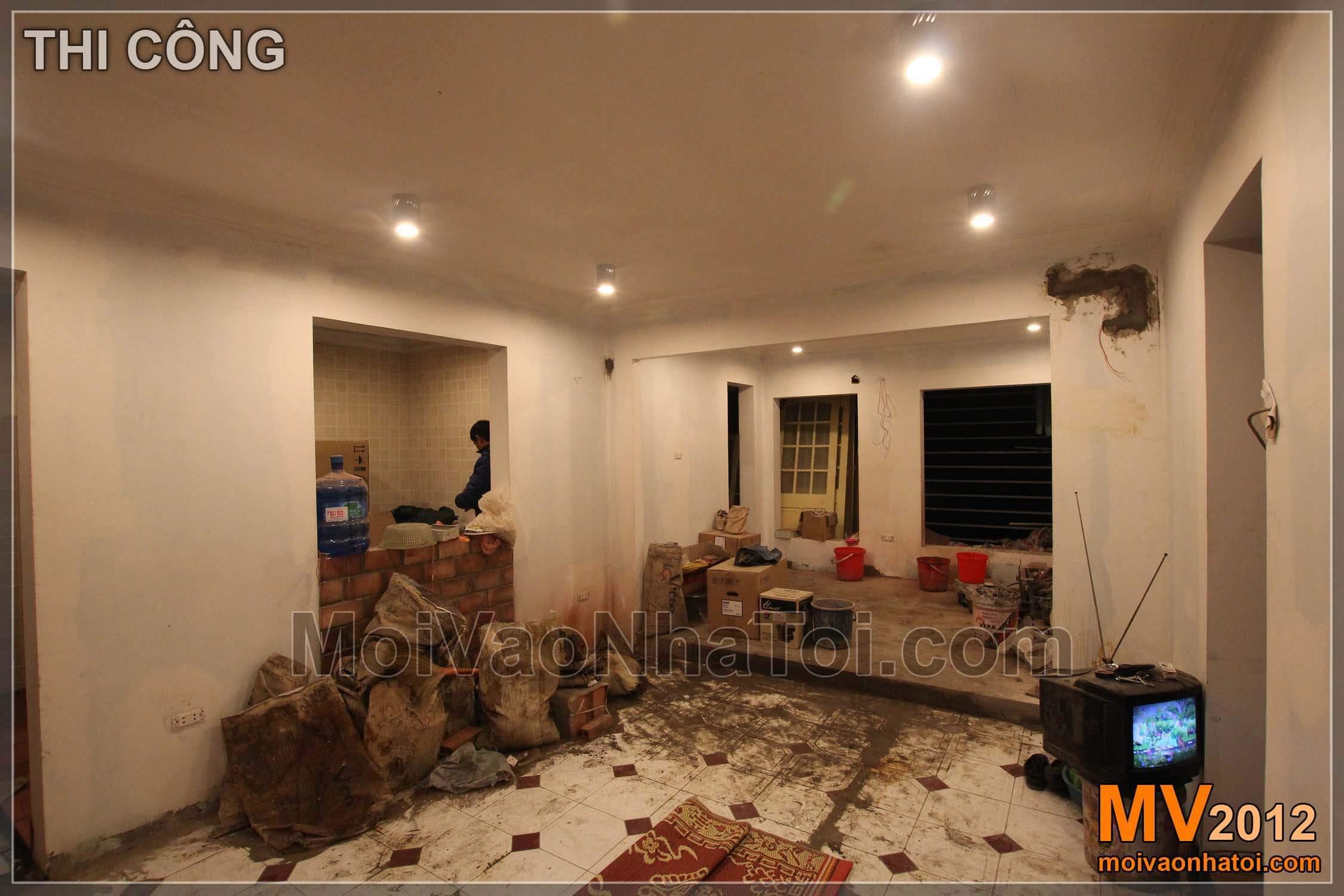 Tiếp tục phá - Đục lỗ, tạo quầy Bar, liên thông giữa nội thất phòng khách và bếp