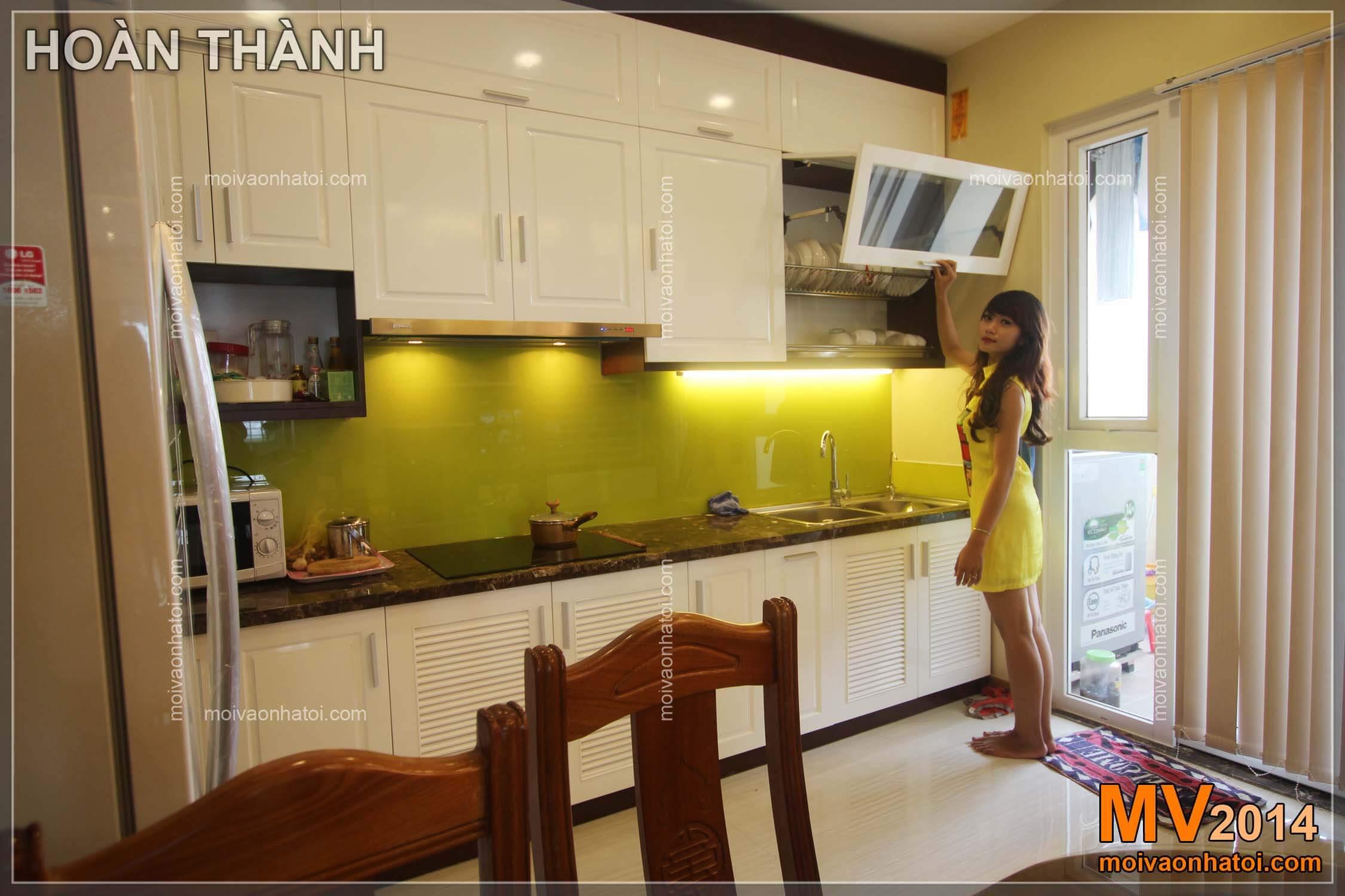 Tủ bếp chung cư Việt Hưng với màu sắc trẻ trung