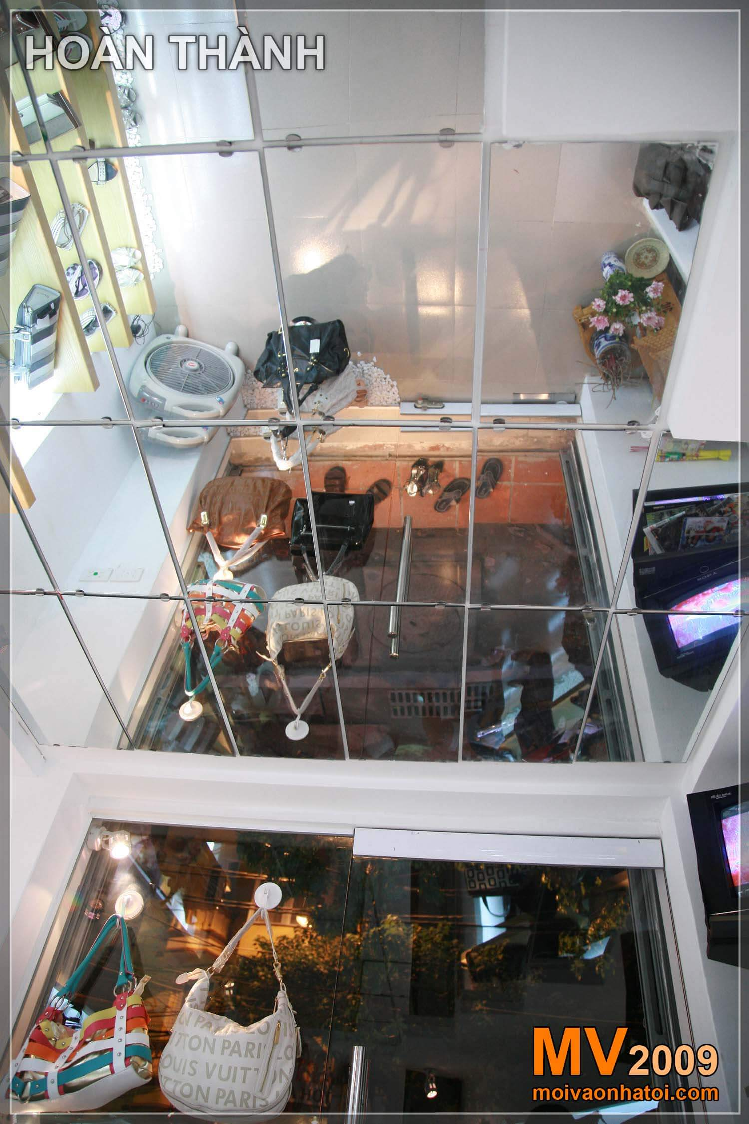 Câu trả lời 02: Thiết kế cửa hàng với trần gương