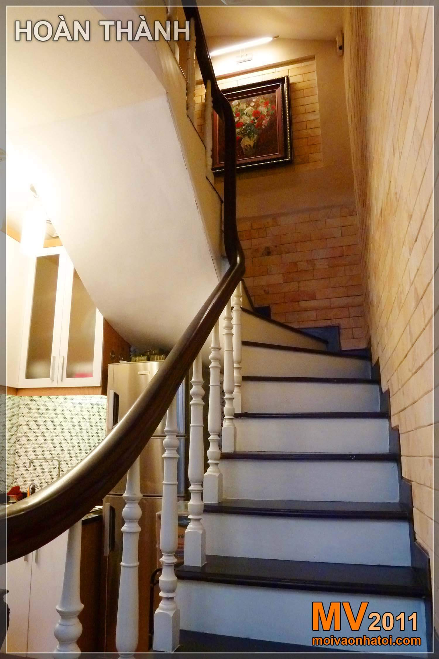 Không những tối tăm, mà nội thất nhà hiện trạng còn rất xuống cấp và ẩm thấp. Trước và sau