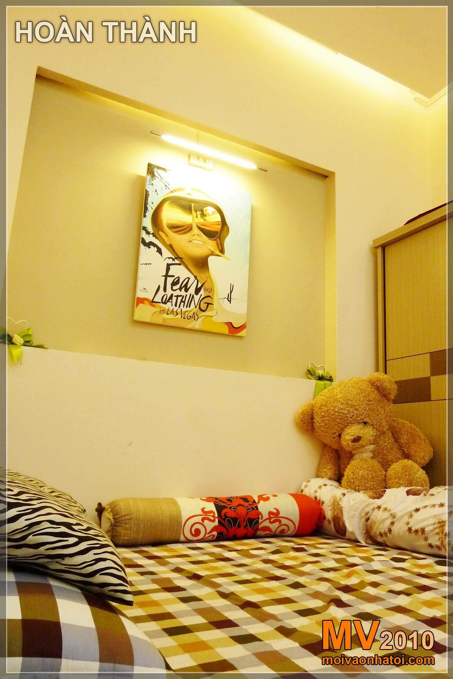 Giường ngủ với ánh sáng trần và vách thạch cao