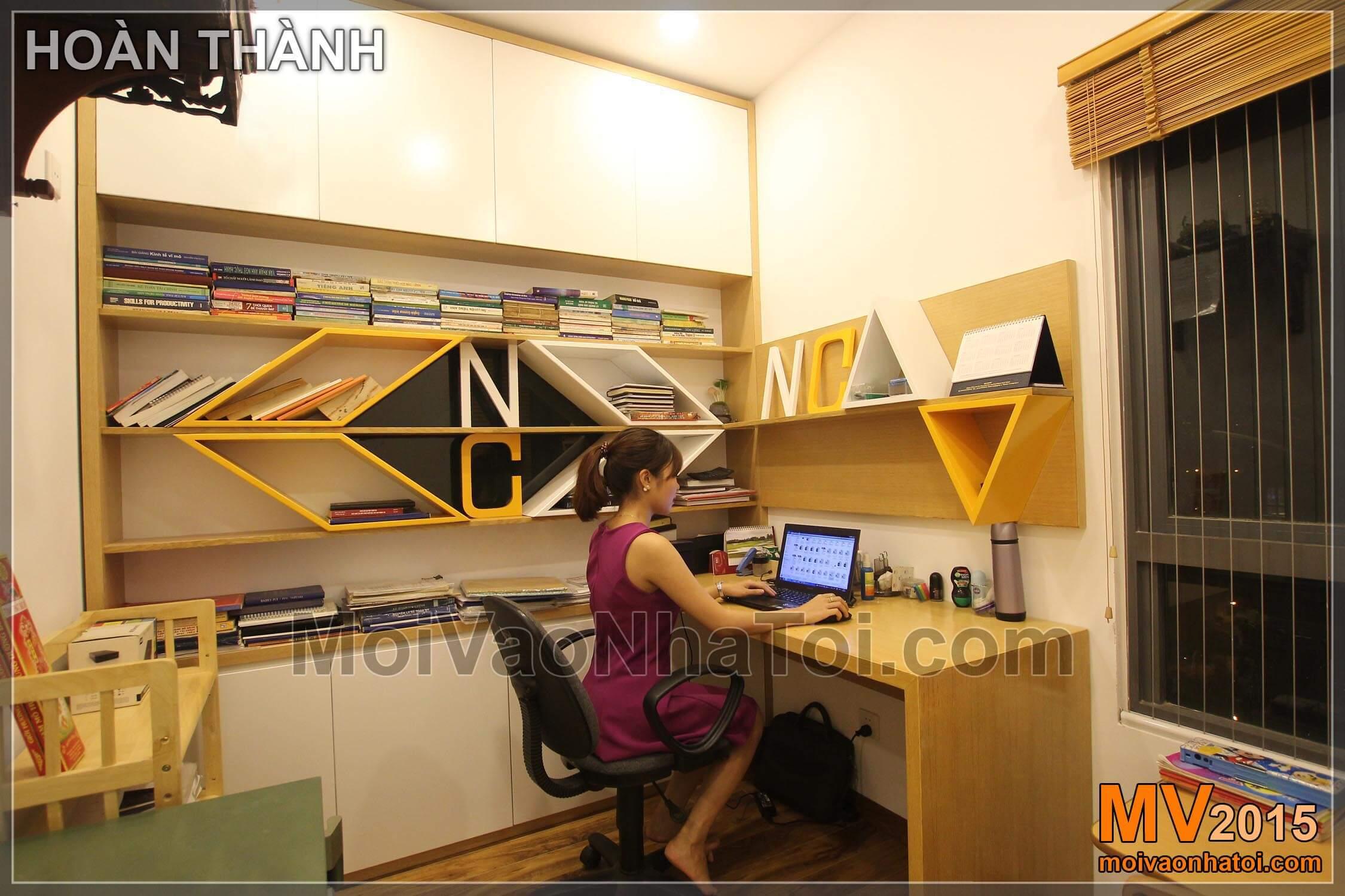 Phòng làm việc hoàn thành với nhiều ngăn để sách