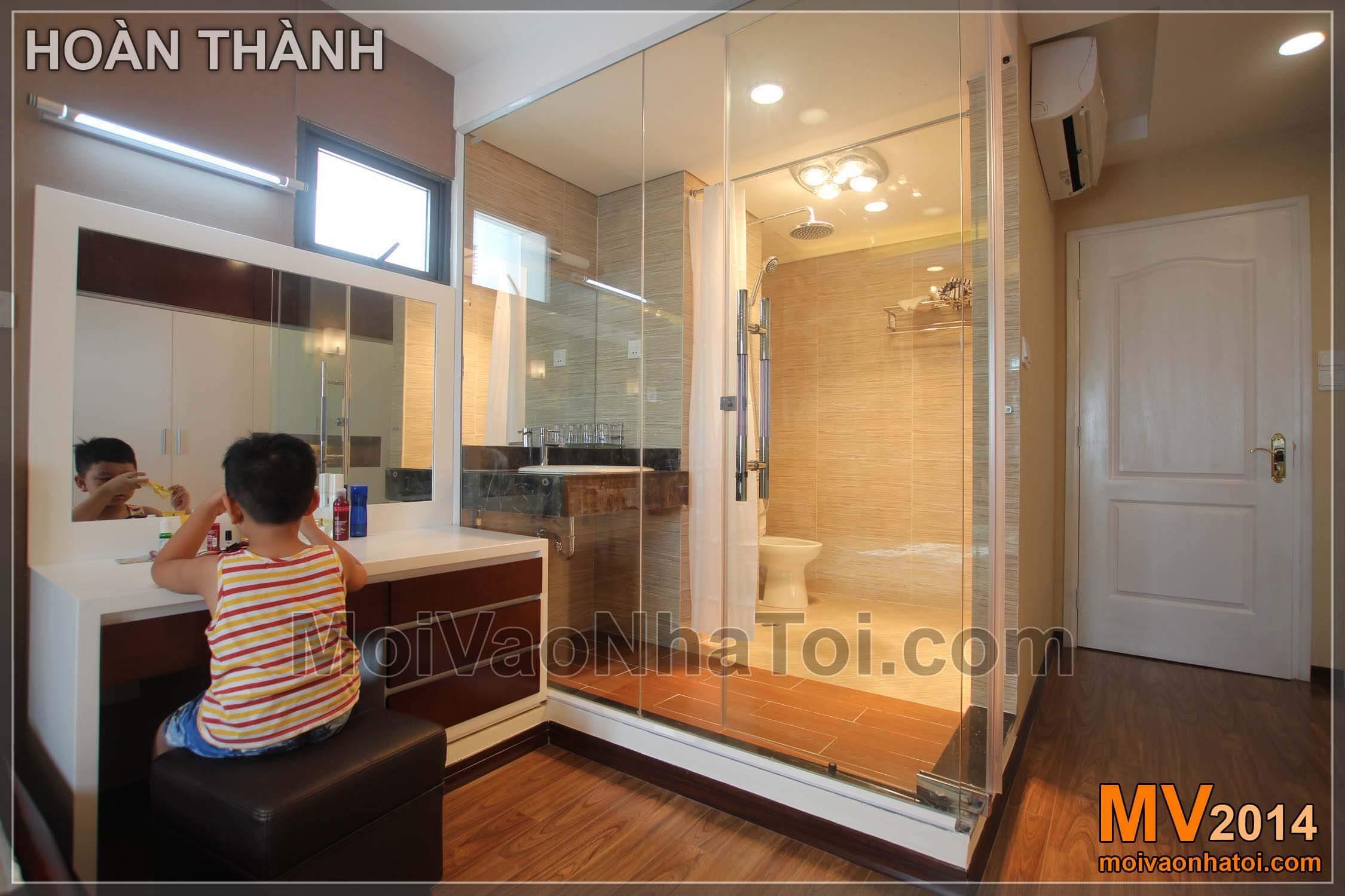 Phòng vệ sinh với tường kính trong phòng ngủ master