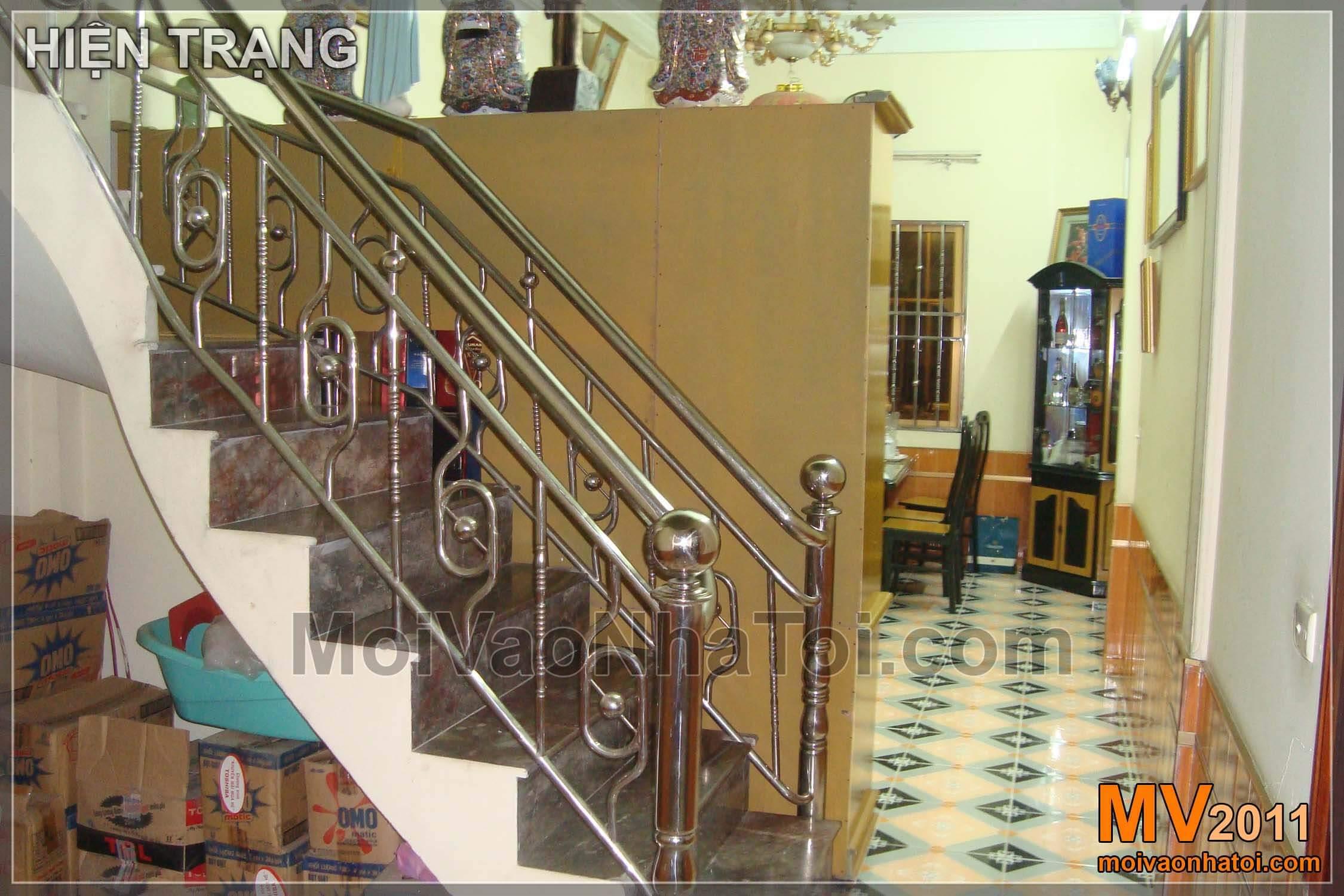 Từ cầu thang phía trong, dẫn người xem tới phòng khách đẹp