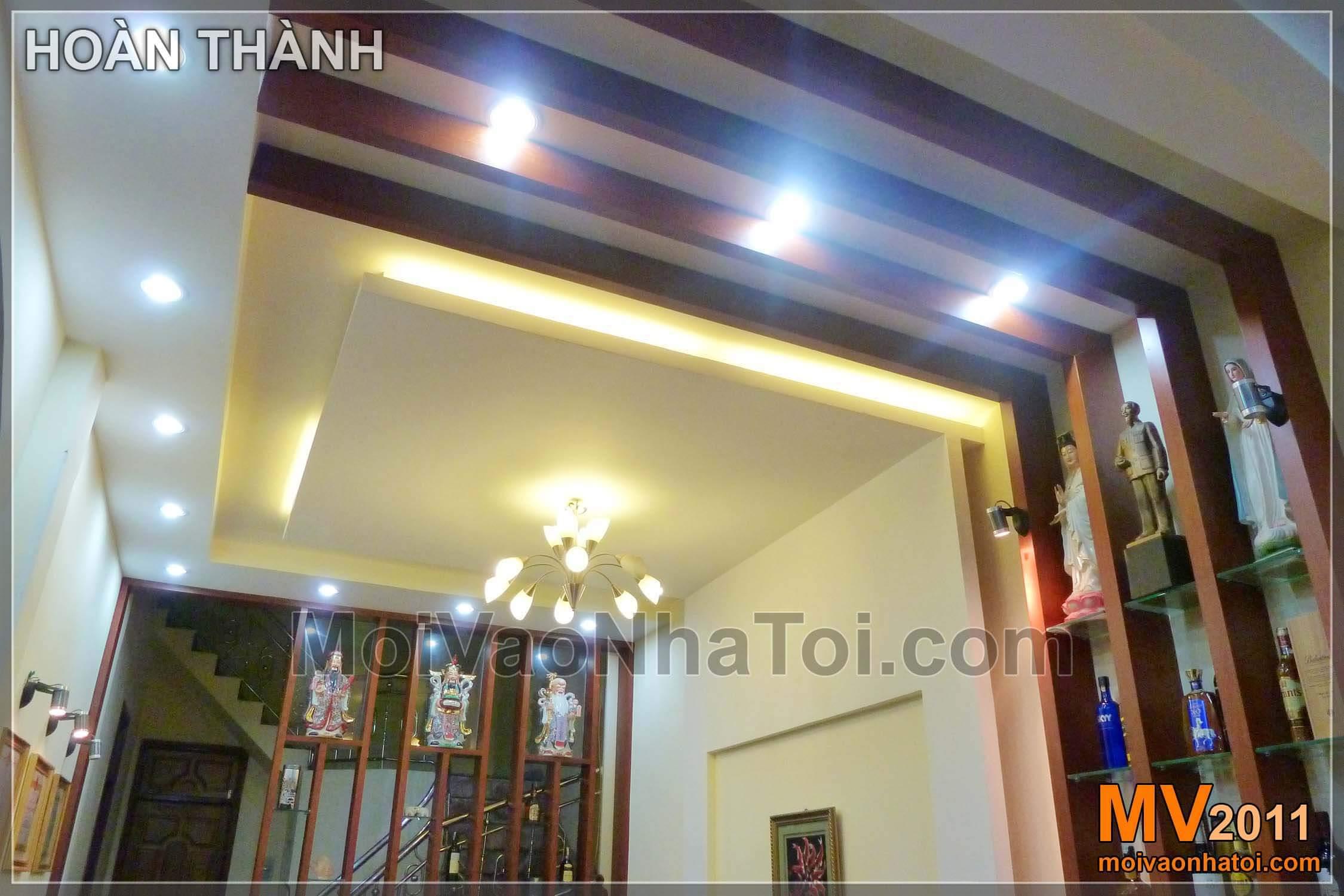 Trần thạch cao trang trí phòng khách với các nan gỗ