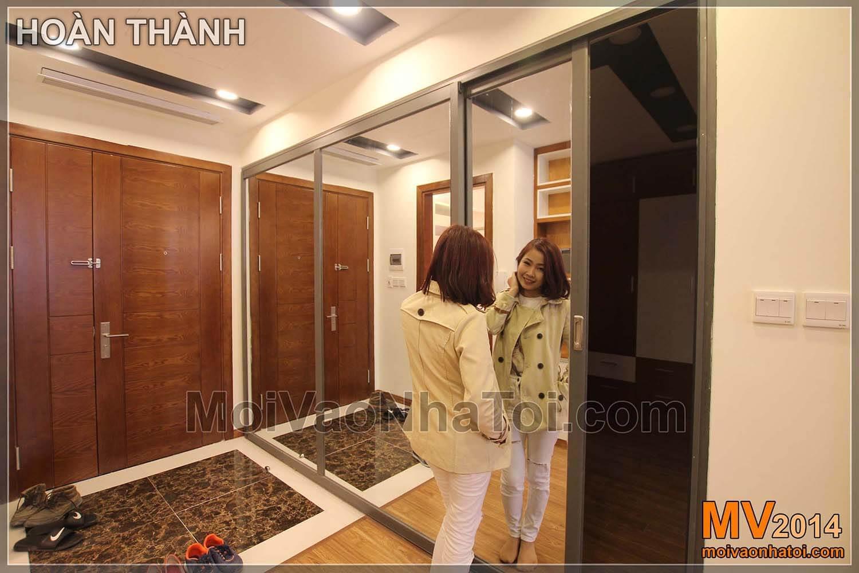Chung cư Star City Phòng ngủ con liên kết với không gian ngoài bởi mảng gương kính lớn