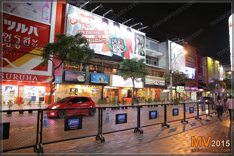 Các cửa hàng phố đi bộ hiện đại