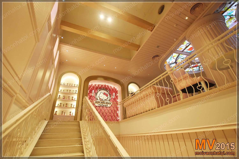 Cầu thang trắng hoa lệ dẫn lối lên tầng 2