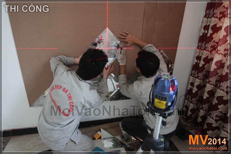 Thi công ốp các ô gương lên tường cần độ chính xác và tỉ mỉ