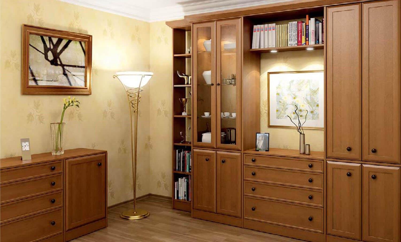 Phòng khách cổ điển với bộ tủ gỗ kết hợp hài hòa cùng nền tường vàng