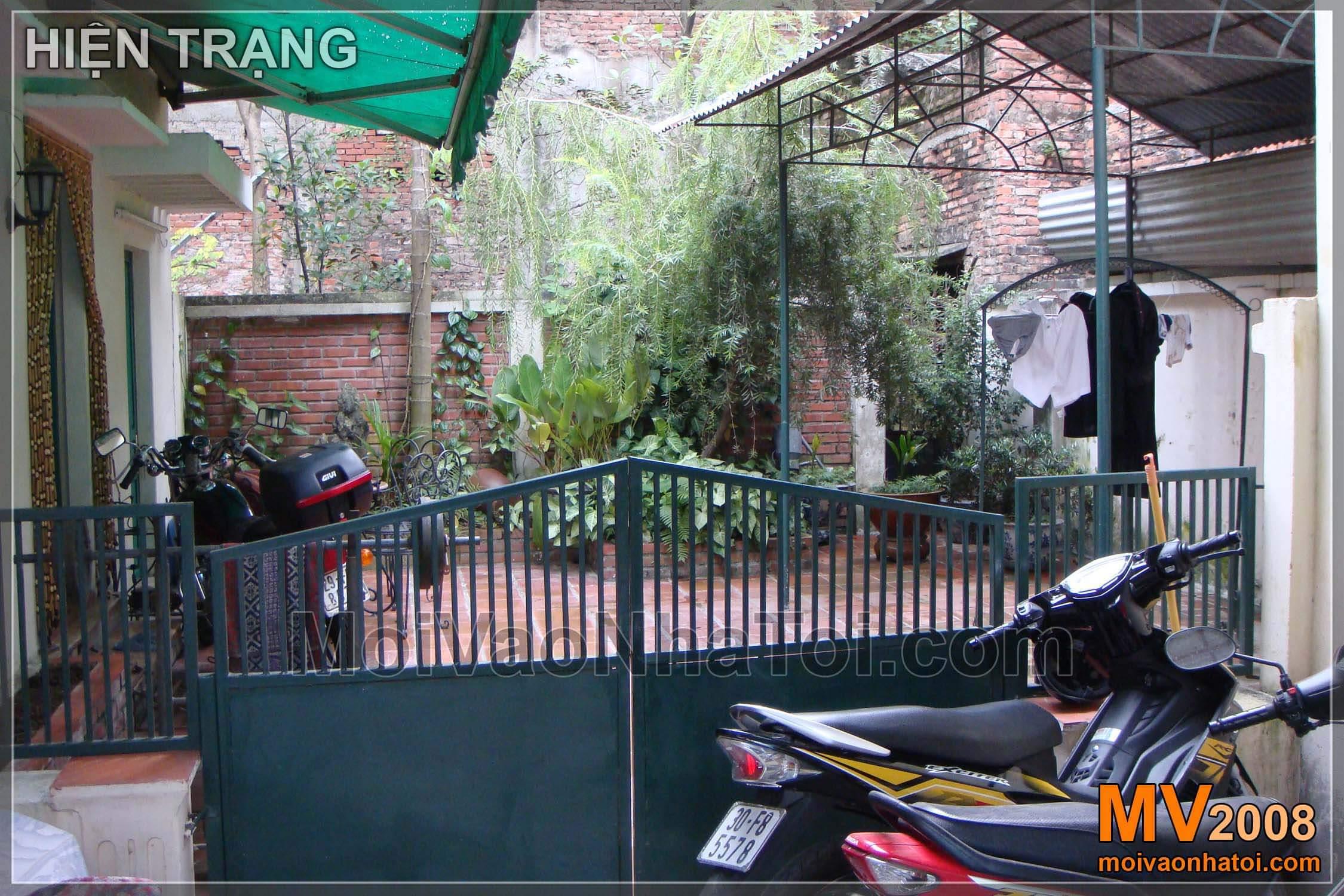 Nhìn bao quát từ ngoài cổng căn biệt thự vườn khi chưa cải tạo